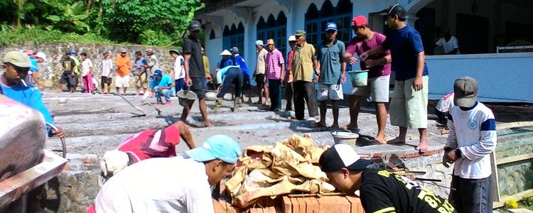 Kerja bakti ngecor halaman masjid